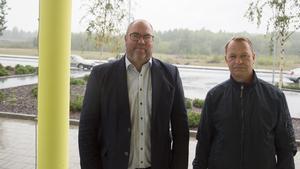 Bengt Andersson och Pierre Bjelkmark på Nykvarns kommun är nöjda med att arbetet med den nya hallen nu är långt gånget. På onsdag träffar kommunens representanter ortens föreningar.
