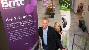 Tore Nallgård, vd för Britt Sweden och Johanna Folkesson,  marknadsansvarig på Britt, städar undan gamla skyltar och tar fram nya med namnet Britt.