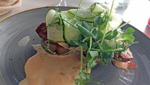 Husmanskost i form av köttfärslimpa,  sås och färskpotatis.
