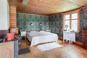 Sovrumsdel med färgglada och mönstrade tapeter. Foto: Anders Storm