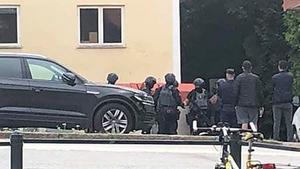 Poliser med förstärkningsvapen och skyddsväst undersökte bostaden med den krossade rutan och området däromkring. Foto: Fredrik Paakkanen/Läsarbild