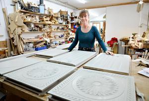 Karin reparerar gamla möbler och håller en del kurser, men helst hoppas hon kunna få till en egen produktion av unika möbler och andra nyttoföremål.