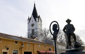 Nora kyrka i centrum av samhället.