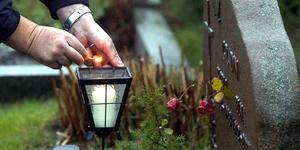 Reglerna för hur en grav får smyckas är strikta. Blommor och ljus/lykta brukar vara det enda som tillåts.