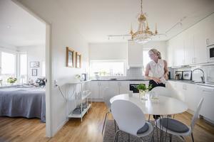 Foto: Jonas Classon. Köket och delar av Jennies sovrum.