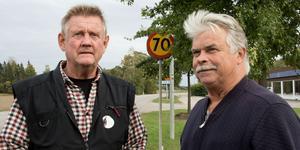 Sune Hedenström och Hans Eriksson bor efter Västeråsvägen och vill ha hastigheten sänkt från 70 till 50 förbi husen.