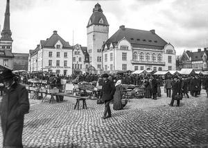 Torghandel på Stora Torget framför Stadshotellet under 1920-talet.  Foto: Ernst Blom