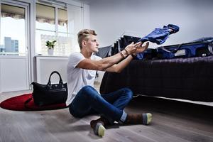2015: Hemma i lägenheten i Örebro och packar om väskan innan det bar av till nästa F1-lopp.
