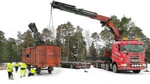 För ett år sedan kom den första tågvagnen på plats på Torekällberget. Under torsdagen kom ytterligare två vagnar. Foto: Stefan Sundblad/Torekällberget