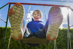 Den som lider av övervikt i unga år har stor risk att även bli överviktig i vuxen ålder, därför måste goda vanor som lek och rörelse etableras tidigt. Foto: Jonas Ekströmer/TT
