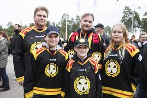 Familjerna Bylund och Nordqvist hade åkt från Hudiksvall och Skellefteå för derbyt. – Det är två klassiska elitserielag, säger Roger Nordqvist. Med på bilden är också Johan och Albin Bylund samt Erik och Kerstin Nordqvist.