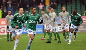Jonathan Morsay jublar efter 1–0-målet tillsammans med Anton Lundin och Christian Kouakou.
