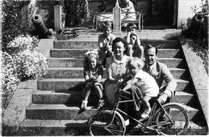 Enligt familjen Wikström är bilden tagen vid Villa Marieberg under 1940-talet.  Från vänster: Ando den fjärde, Johan, Estelle, Ando den tredje och Louise och på cykeln sitter Peter. Foto Privat