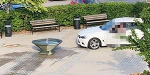 En bil körde in i den nya fontänen så att den rubbades ur sitt läge och vatten stänkte ut.