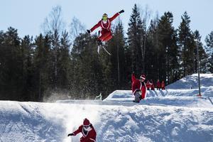 Kim Håkansson flyger över trädtopparna när tomtarna intar backen.