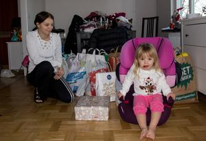 Plötsligt var vardagsrumsbordet och golvet fyllt av kassar med barnkläder, julklappar och leksaker hemma hos Sandra Sjöström.