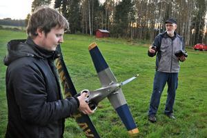 André Romsi får instruktioner av Erik Persson inför starten.