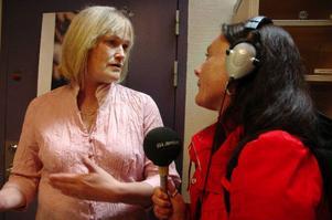 Lindah Olofsson från SR Jämtland intervjuar Anna-Karin Söder som la det högsta budet på lunchshowen med Ständut Blakk.