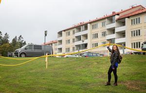 Katarina Vasiljevic, planarkitekt på Södertälje kommun, visar vart det enligt förslaget ska byggas. Där hon står blir det ett punkthus följt av flera radhus åt vänstra hållet, vidare längs Fjärilstigen.