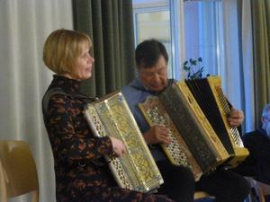 Britt-Marie Jonsson och Tommy Hansson  spelar på Rancodragspel .