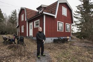 Trafikverket vill bygga om väg 77. Men för att vägplanerna ska kunna genomföras måste Lars-Peter Peltomaas hus rivas.