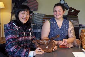 Hiroko Saito från Japan och Johanna Woxberg från Bollnäs är två av deltagarna på årets skinngarvningskurs. Den samiska väskan har Hiroki garvat, sytt och broderat själv med tenntråd.