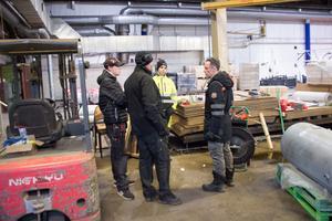 Anders Nordqvist, vd i X-Schakt, fastighetsägare, pratar med elektrikern Tony Söderström och hans medhjälpare Jacob Larsson och Gabriel Mol.
