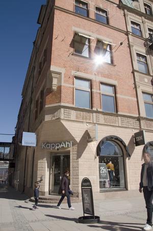 Kappahl säljer kläder på två våningar i In-Gallerian. På huvudkontoret uppger man att det inte finns några planer på att sluta med det.