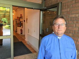 På söndagskvällen öppnade församlingsherde Graham Jarvis Mikaelskyrkan för alla som behövde prata och tända ett ljus.