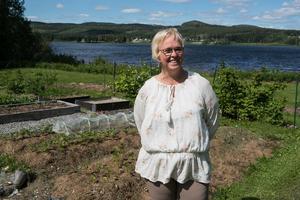 Hon hoppas kunna få ordning på trädgården nu när de ska bo i stugan i Sörböle på heltid. Innan har de inte orkat ta tag i det.