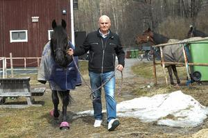 Order By Keeper är i toppform och här syns hästen tillsamans med Håkan Skoglund vid stallet i Huli.