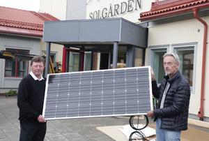 En bra början tycker Calle Morgården (MP) (till höger) om satsningen på solel vid nya demensboende. På bilden även vice kommunalrådet Ingemar Hellström (S).