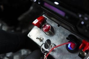Traktorn startas med en knapp, istället för att vrida om en tändningsnyckel.