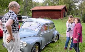 Lena Eriksson och Leena Zander tyckte bäst om Bengt-Olov Stenbergs Renault 4 CV från 1954.