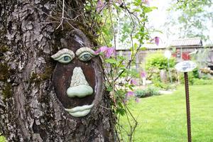 Trädgården är full av olika små konstverk.