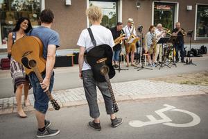Du fann musiker överallt medan du traskade runt i Orsa under onsdagskvällen.