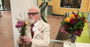 Curt Agge fyllde 90 i maj . Här vid vernissagen av utställningen i Ånge Folkbibliotek. Bild: Ewa Johansson