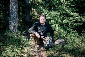 Att leva på det naturen har att erbjuda är ingen konst för Mikael Åkerman. Han ser skogen och naturen som sitt hem.