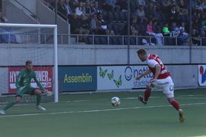 Här gör Leo Englund segermålet i första derbyt mellan GIF och SIF, målvakten Jake McGuire kan inte förhindra det.