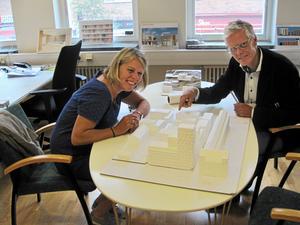 Nöjda. Monica von Schmalensee, vd för arkitektföretaget White är mycket belåten med att företaget anställt arkitekten Olov Gynt på det nyöppnade kontoret i Västerås