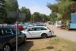Den kommunala parkeringen blir snabbt full en varm sommardag. Nu ska Askersunds kommun jobba för att få fram fler parkeringsplatser.
