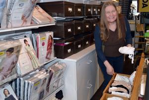 Lådorna runt disken i butiken är fyllda av olika sorters bh:ar. Marina Persson vet var hon ska leta.