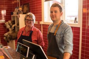 Anita Wagenius och delägaren Kristoffer Näsvall håller ordning i butiken, som öppnade 2012.