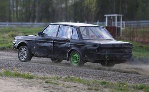 Det blev bättre och bättre fart för varje varv runt rallycrossbanan på Eriknäsbo motorstadion strax utanför Bollnäs.