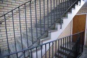 36 trappsteg är det mellan Carins lägenhet och hennes älskade promenadstråk.