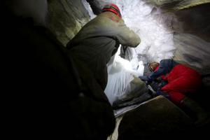 För att komma in i Korallgrottan på vintern måste snö och is skottas och hackas undan.