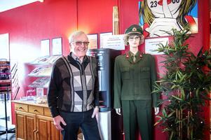 Det första man möts av i entrén till Södra bergets vandrarhem är Överstelöjtnant Berta som passade i Bert Blomqvists uniform.