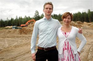Kopparberg bryggeris platschef Rickhard Voigt och kommunalrådet Ewa-Leena Johansson är glada över att lagerbygget äntligen kommit igång.