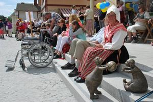 Konstnären Maj Lindholms skulpturer Nystingarna, samsades med publiken på torget.