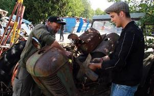 Kenneth Svensson (t v) och David Karlsson hjälptes åt att ta loss en fläkt från en traktor T24. Foto: Eric Salomonsson
